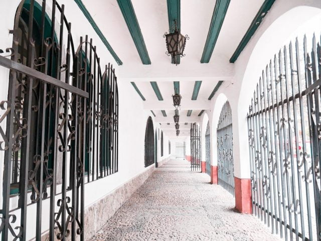 A gated alley sits at the upper end of Calle Jaen, offering a European touch